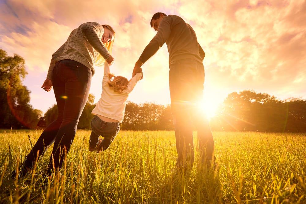 familia-cogiendo-nina-naturaleza