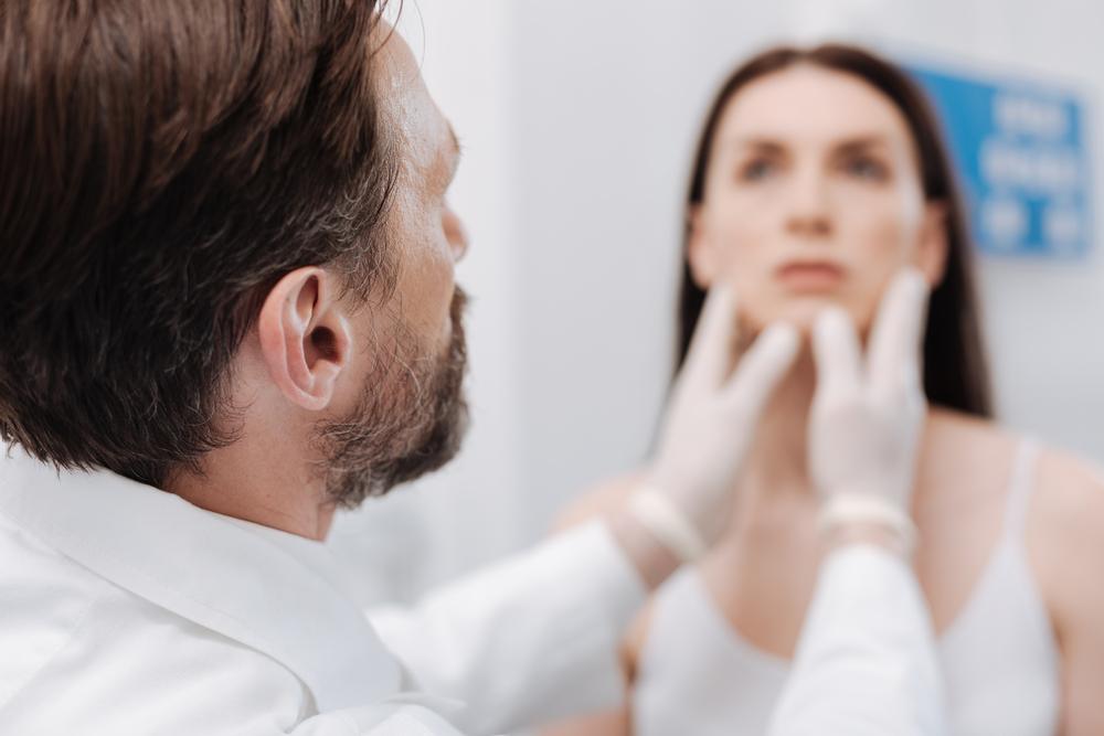cirujano plástico valorando el rostro de una paciente