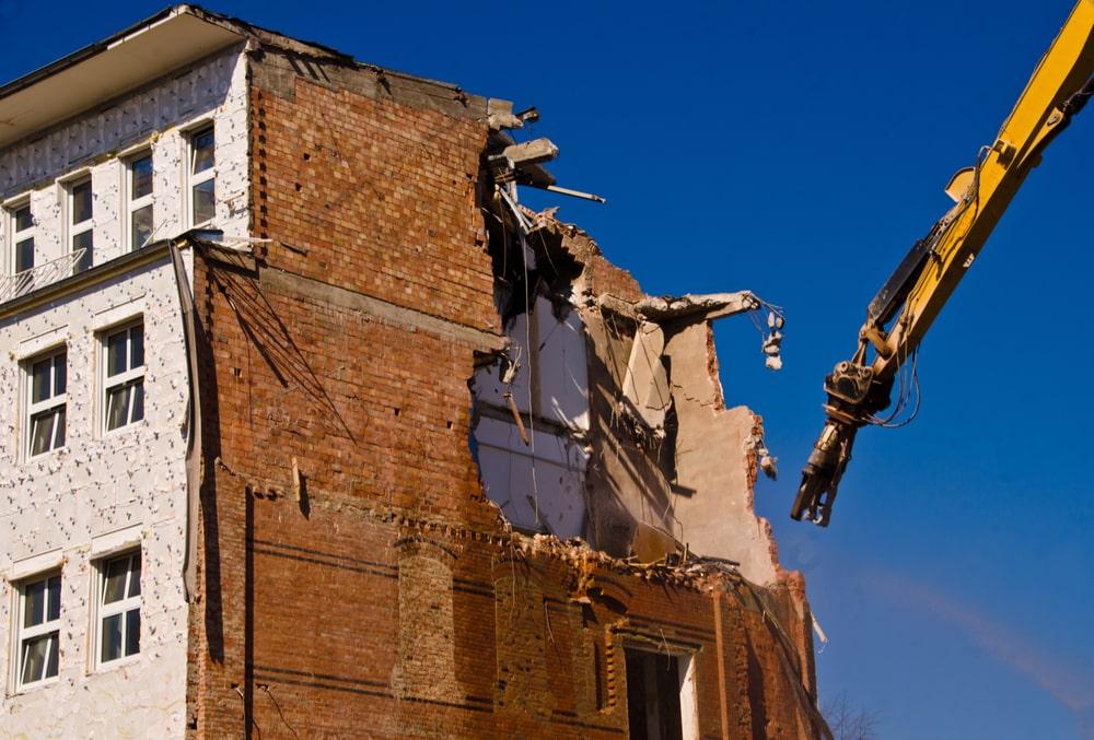 Demolición de un edificio con grúa