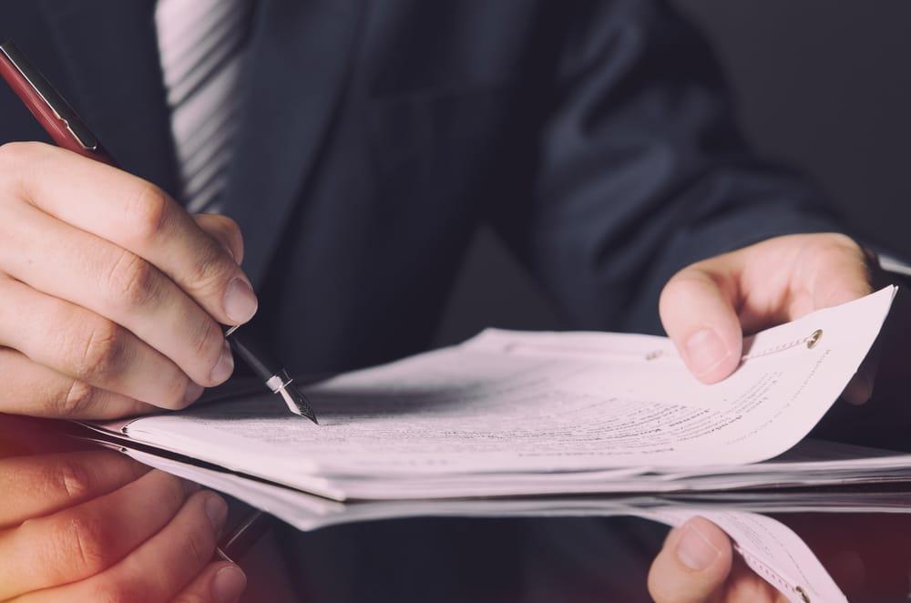 notario-traje-firmando-testamento
