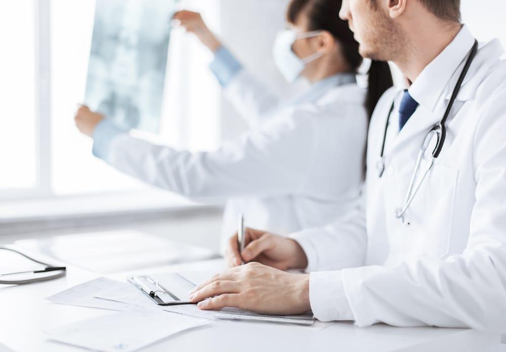 medicos-bata-mirando-radiografia