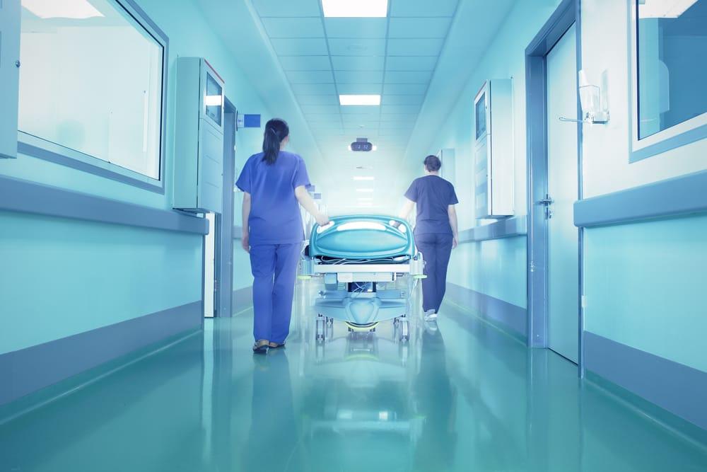 pasillo-hospital-azul-enfermeras