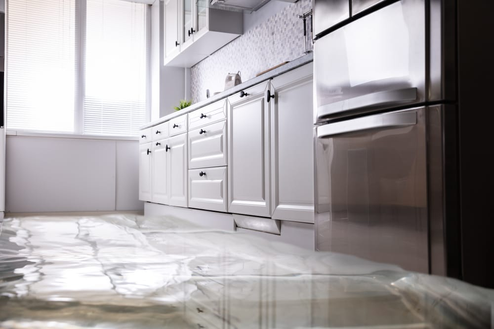 cocina-blanca-inundada-agua