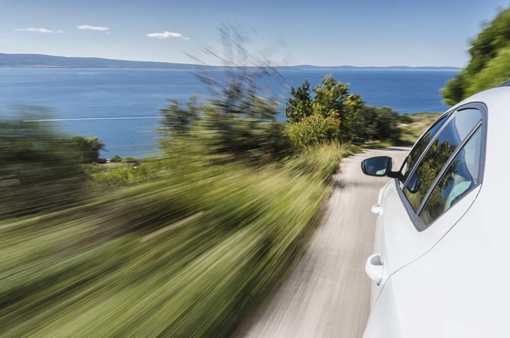 coche-blanco-montana-verde