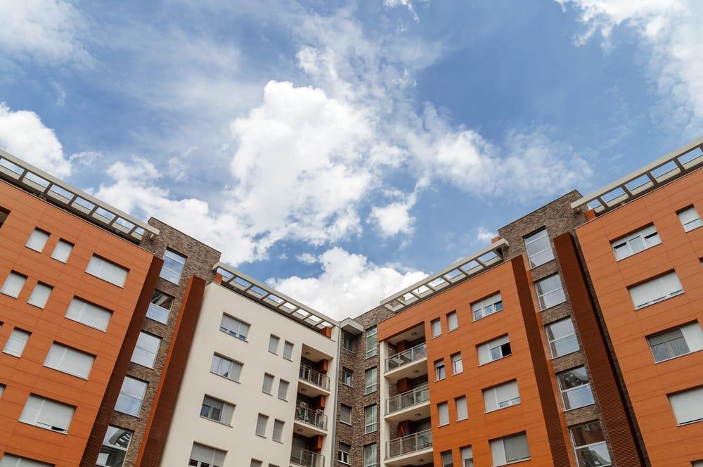 bloque-piso-naranja-cielo-azul