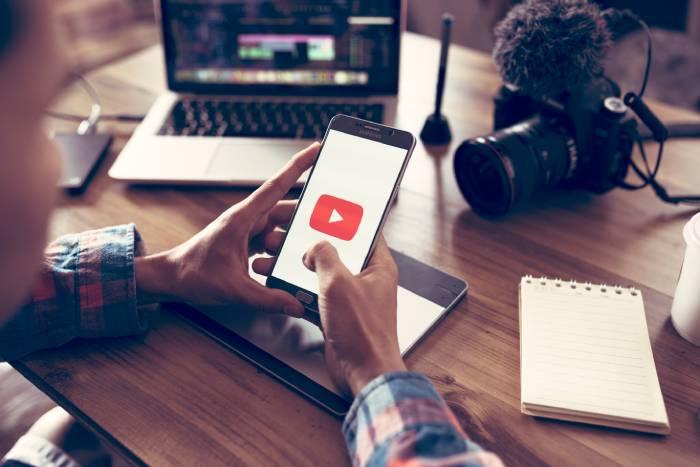 Hombre ve youtube en su móvil