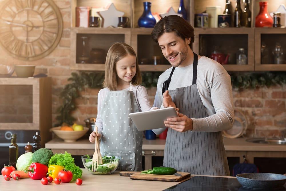 padre-hija-cocinando-app-movil