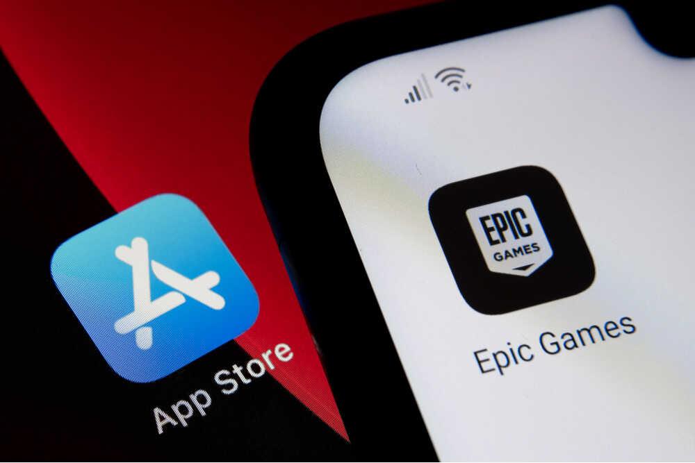 Smartphone con app de Epic Games e icono de App Store de fondo