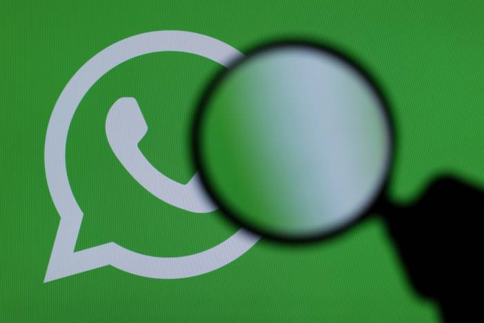 Lupa sobre logo de WhatsApp