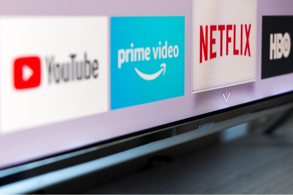 Pantalla de televisión con logotipos de YouTube, Prime Video, Netflix y HBO
